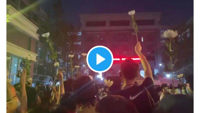 """2021年5月11日,成都49中大门口有大量学生聚集,高喊""""真相""""。(图片来源:视频截图)"""