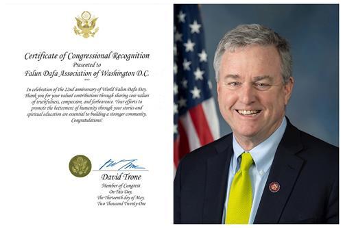 """美国马里兰州联邦众议员戴维•特朗(David Trone)为""""世界法轮大法日""""颁发褒奖。(明慧网)"""