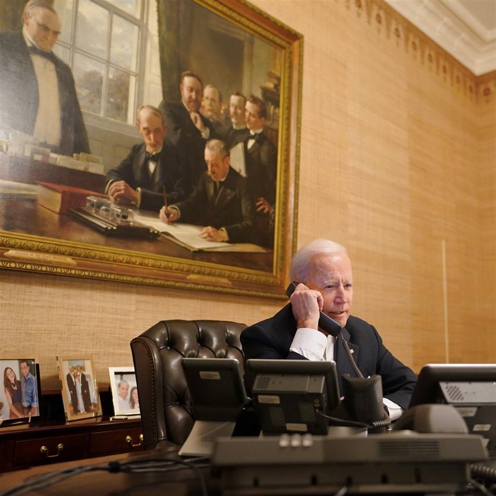 """美国总统拜登(图)15日与以色列总理尼坦雅胡通电话,对以色列和加萨间的暴力冲突加剧表达""""严重关切""""。"""