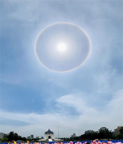 台湾排字,天上出现七彩彩虹的日晕相辉映。