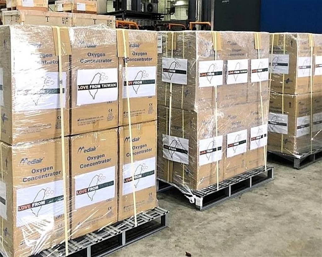 台湾外交部表示,第一批协助印度对抗疫情的医疗物资,包括150台制氧机及500支氧气钢瓶,由中华航空货机运送,在5月2日运抵印度德里国际机场。