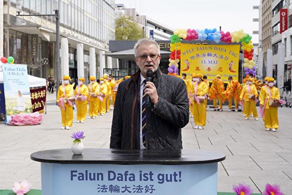 欧州议会德国议员米歇尔‧嘎拉尔(Michael Gahler)参加法轮功学员在法兰克福举行的庆祝世界法轮大法日活动并发言祝贺。