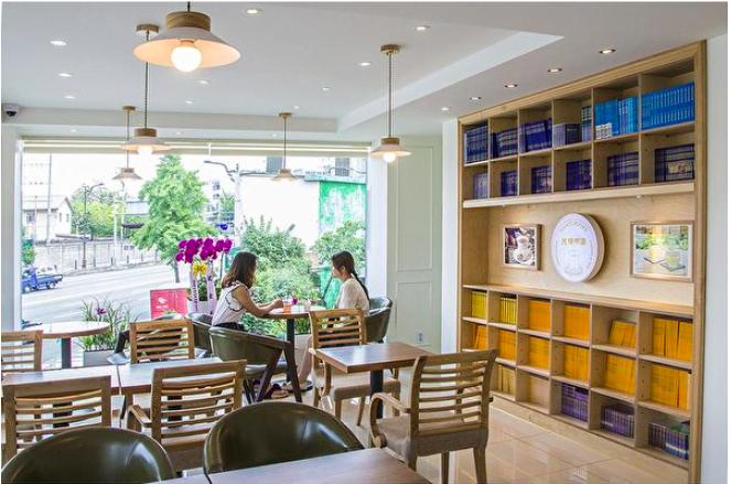 圖為2015年7月1日韓國天梯書店開幕當天的室內景。