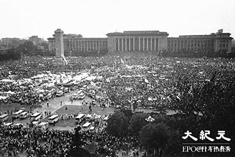 1989年6.4期间,北京学生在天安门广场抗议中共打压,反腐败争取民主,发起绝食运动。(大纪元)