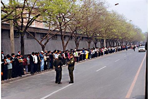 1999年4.25万名法轮功学员中南海信访办和平上访(明慧网)
