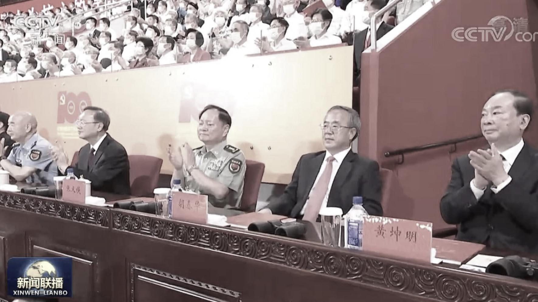 胡春華被大外宣曬出看黨慶演出不配合鼓掌的照片。(圖片來源:網絡)