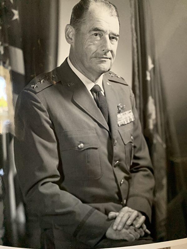 1973年,戈德斯沃西将军以美国空军三星中将(Lieutenant General)之职退役。(戈德斯沃西将军提供)