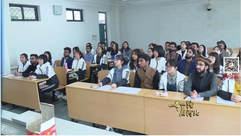 照片引发河北师范大学给外籍留学生配女伴的讨论。(图片来源:网络)