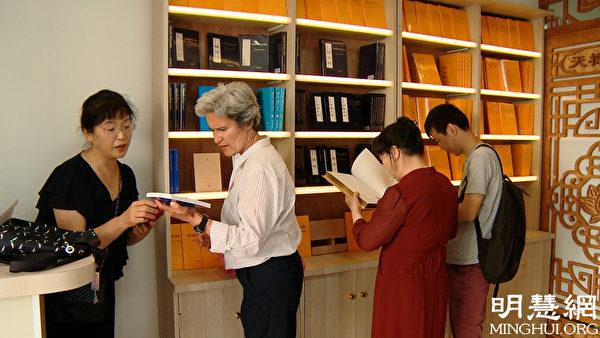 比阿特麗斯(Beatrice,左二)正向店員詢問、挑選自己想要的書。