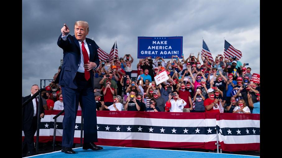 川普在他的集会上。(Credit: AP)