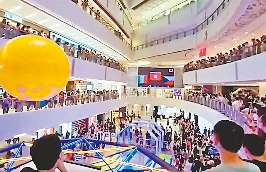 香港「击剑王子」张家朗26日夺得花剑赛金牌,数百名市民当晚聚集于观塘apm商场看直播时,在现场奏起中国国歌时,大批民众发出嘘声, 香港警方正在收集证据,调查是否触犯《国歌法》。