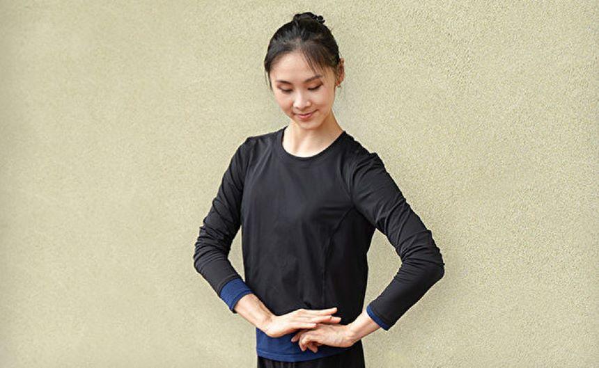 古代女子往往口称「万福」问安,同时双手在胸腹部重叠,膝盖微弯为礼。(神韵艺术团官网)