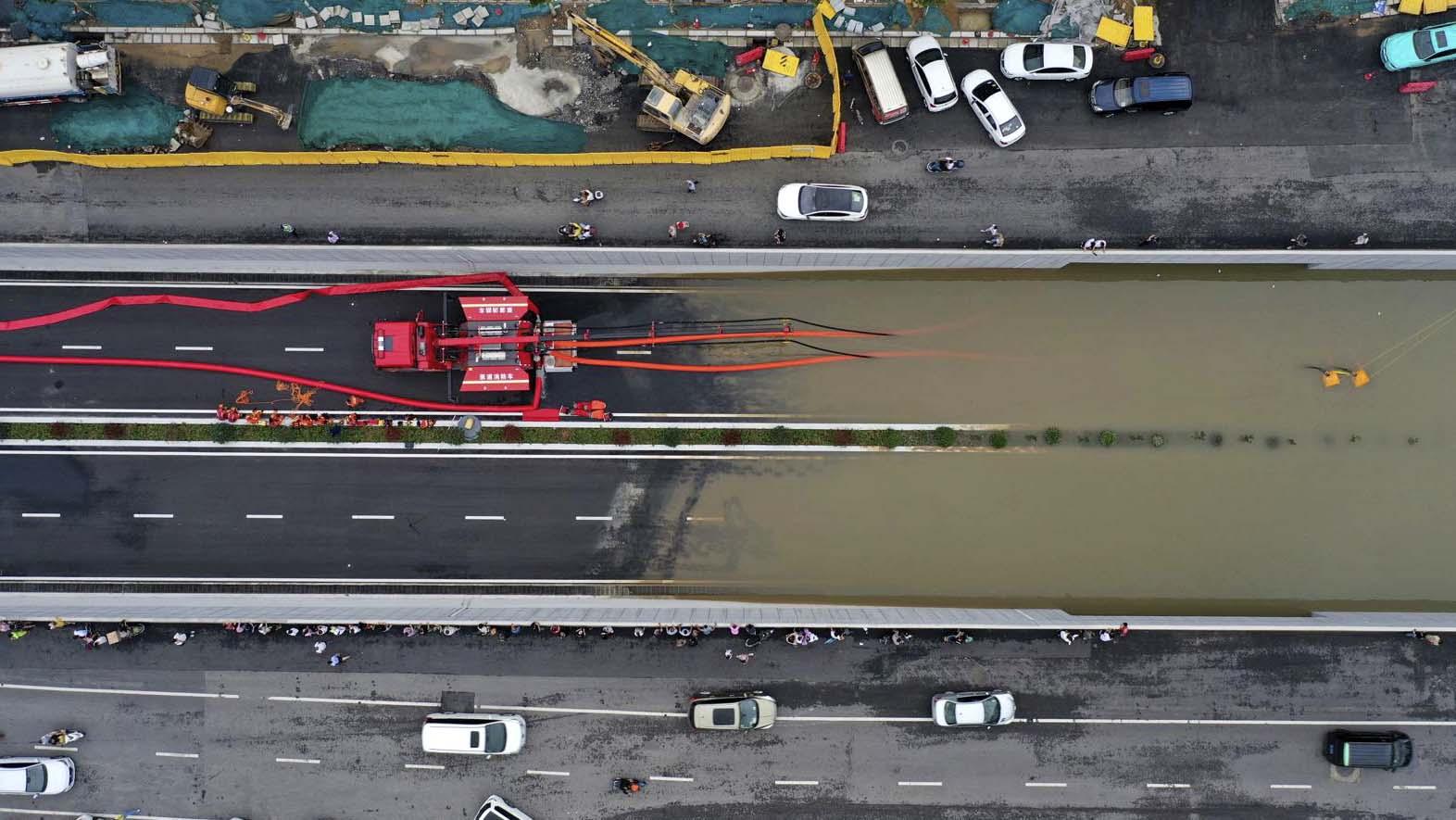 这张航拍照片中,消防队员于 2021 年 7 月 21 日从郑州市的隧道抽出雨水。(图片来源:美联社)