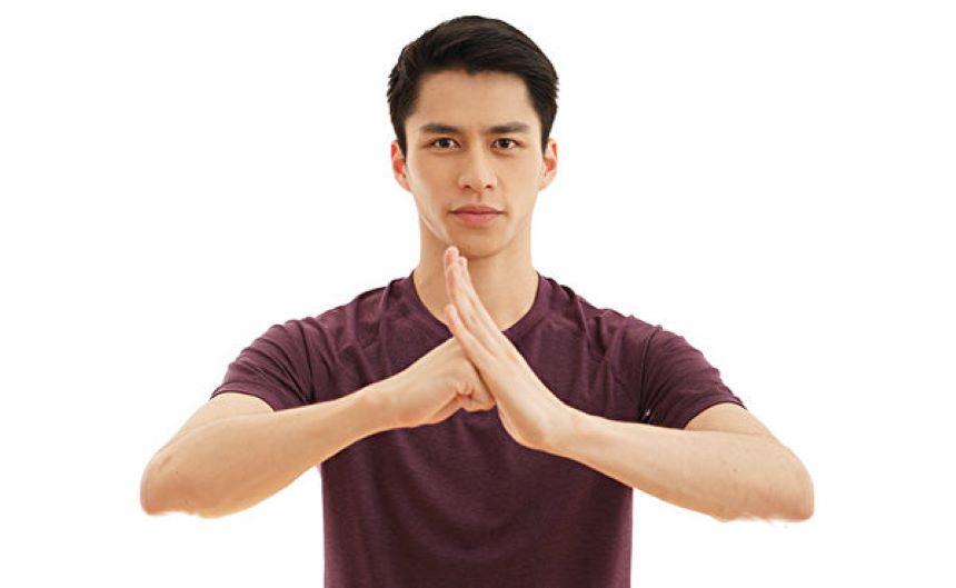 抱拳礼常用左掌右拳,以示友好、敛藏锋芒之意。(神韵艺术团官网)