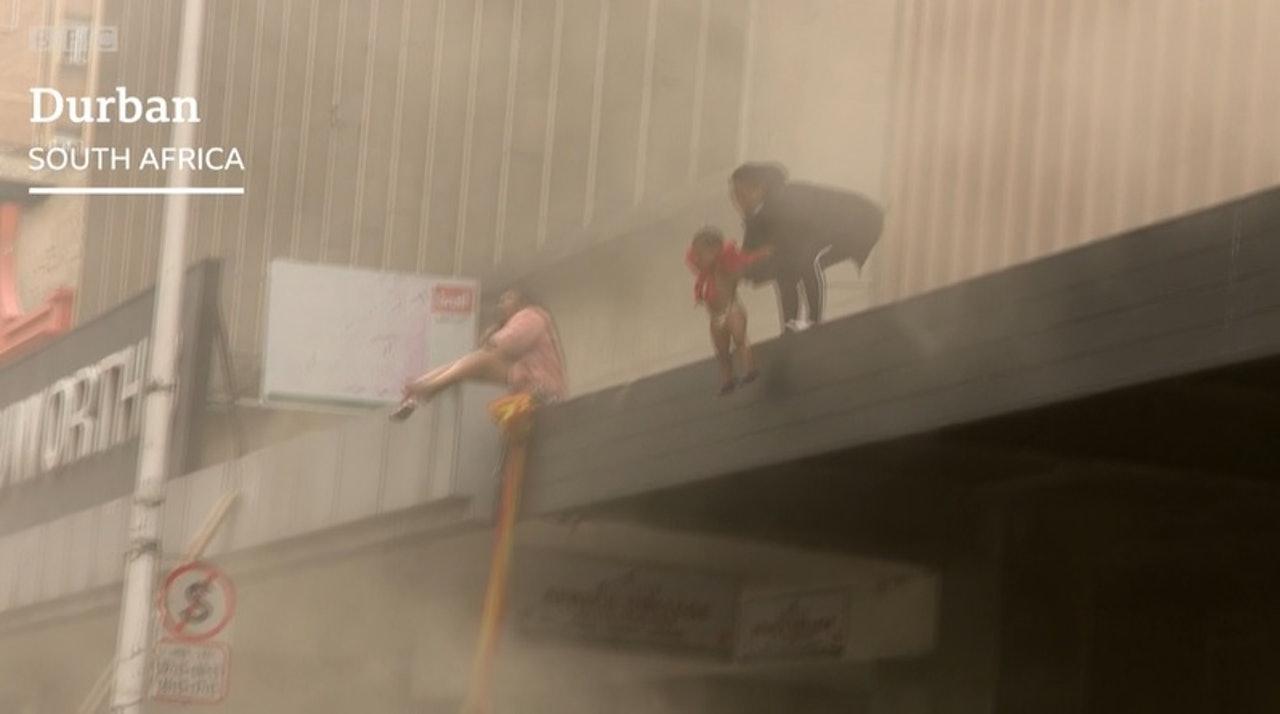 火灾中,一名母亲把她手上的婴儿从一楼抛下以求逃生(网络图片)