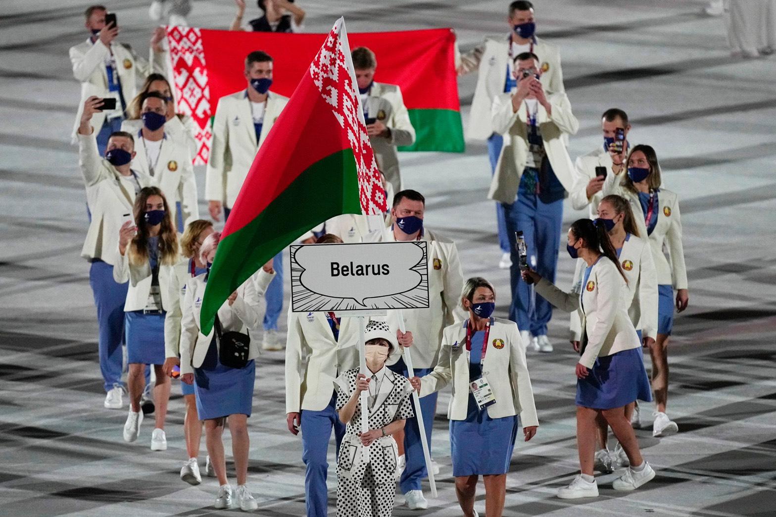 在日本东京举行的 2020 年夏季奥运会奥林匹克体育场开幕式上,白俄罗斯运动员正在步入会场。