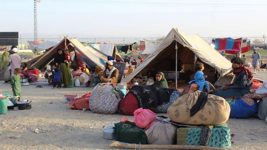 2021 年 8 月 31 日,阿富汗难民在位于阿富汗边境的巴基斯坦小镇查曼的临时避难所的帐篷里休息,(图片来源:Dominika Zarzycka/NurPhoto via Getty Images)