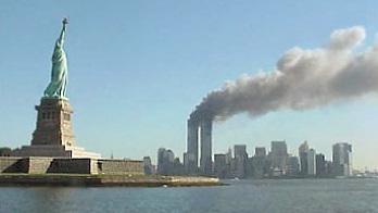 2001年9月11日,遠看被襲的世貿大樓。(維基百科公有領域)
