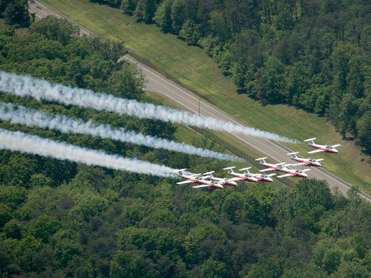 """加拿大空军表演团队""""雪鸟""""飞过华盛顿上空"""