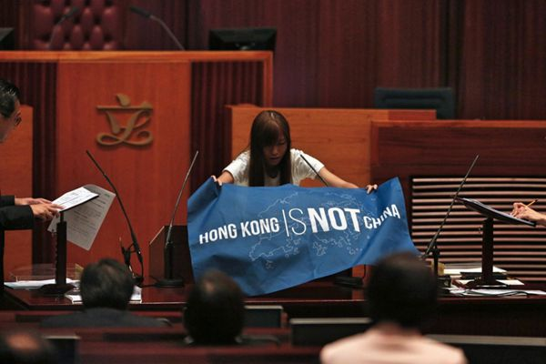 """香港5议员明日重新宣誓 北京疑出手阻""""港独""""议员入局"""