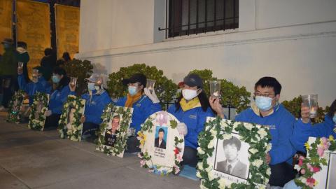 """旧金山湾区法轮功学员在中使馆前烛光守夜,纪念""""四·二五""""和平上访二十二周年。(摄影:SOH)"""